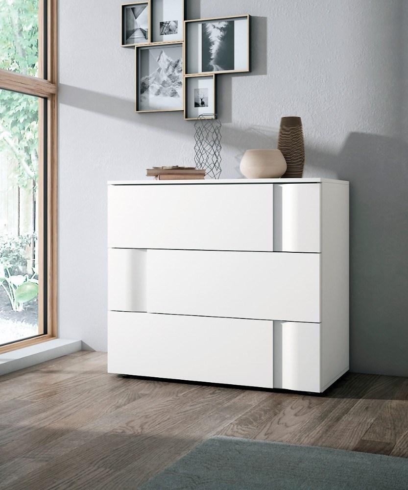 C moda con tres cajones en madera natural for Comodas modernas para dormitorio
