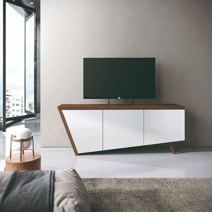 Mueble tv en madera de nogal y frentes lacados en blanco, con costado inclinado